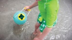 Ребёнок набирает воду в ведерко ballo