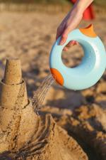 Песок поливают из quut cana