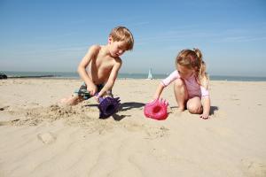 На пляже с игрушкой triplet