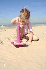 Девочка на песке с triplet