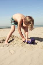 Мальчик капает песок quut triplet
