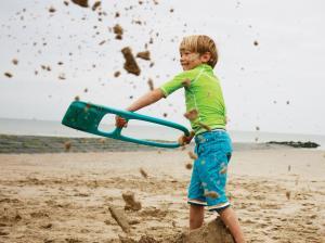 Играем с лопаткой и песком
