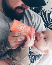 Папа кормит малыша из бутылочка 180 мл.