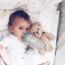 Ребёнок в кроватке с серой бутылочкой 260 мл.